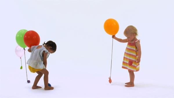 Ida und Ida verteilen Luftballons. | Rechte: KiKA
