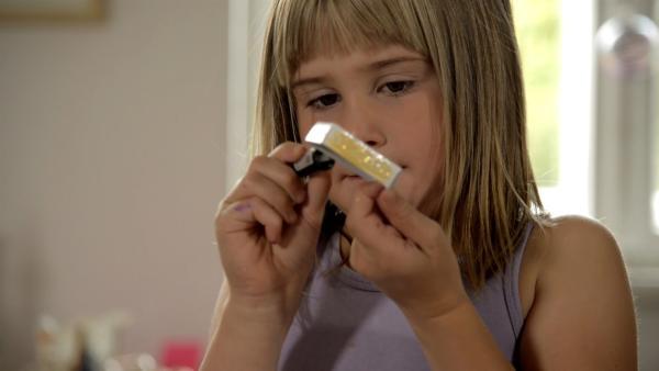 Julie bamalt eine Streichholzschachtel. | Rechte: KiKA