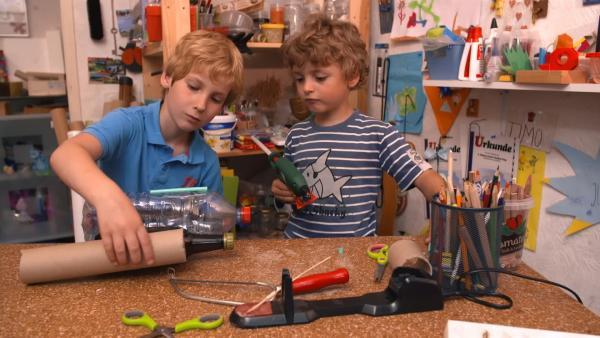 Julian und Jonas kleben ihre Rakete zusammen. | Rechte: KiKA