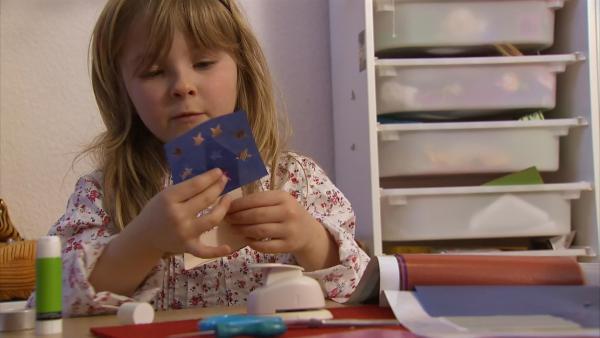 Pola beklebt ihr Haus mit buntem Papier. | Rechte: KiKA