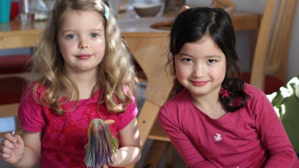 Elia und Johanna schminken ihre Puppen. | Rechte: KiKA