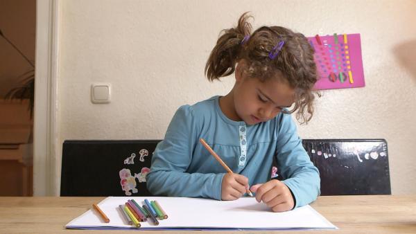 Ruby malt mit Buntstiften. | Rechte: KiKA