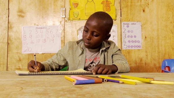 Salphine malt ein Bild mit Bleistift. | Rechte: KiKA