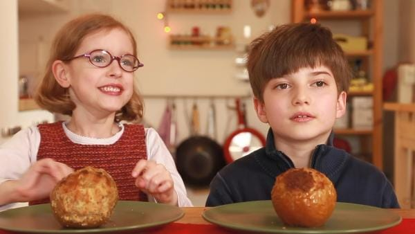 Ida und Alex freuen sich auf ihre Bratäpfel. | Rechte: KiKA