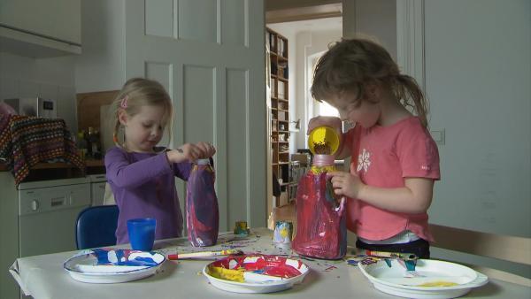 Lil und Nora befüllen ihre Rasseln. | Rechte: KiKA