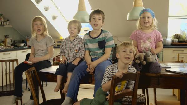 Oskar, Anton, Nathan, Timon, Jonathan, und Lisa erzählen die Geschichte von den 7 Geißlein. | Rechte: KiKA