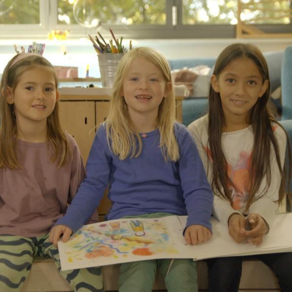 Kinder stellen ihr gebasteltes Märchenbuch vor. | Rechte: KiKA