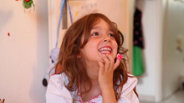 Mila überlegt, was sie malt. | Rechte: KiKA