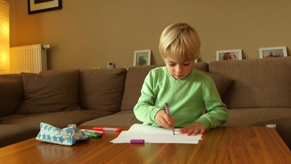 Tom malt mit Filzstiften. | Rechte: KiKA