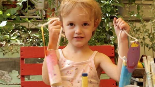 Emma zeigt ihre gebastelten Figuren. | Rechte: KiKA