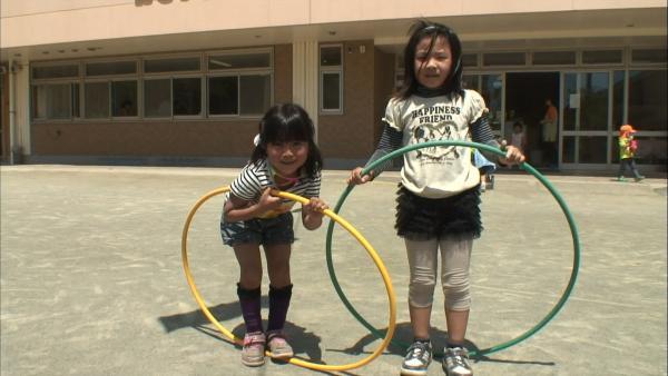 Kinder spielen Hula Hoop. | Rechte: KiKA