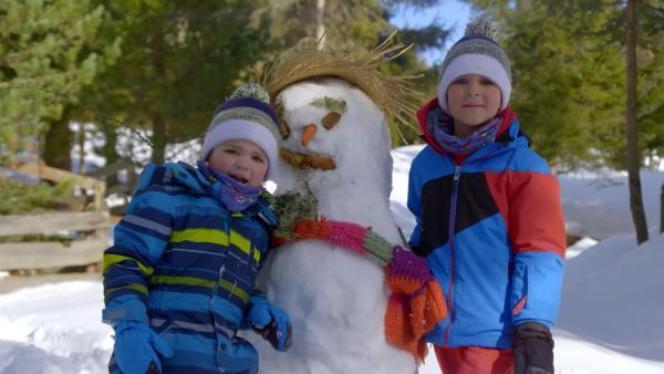 Jacob und David mit ihrem Schneemann. | Rechte: KiKA