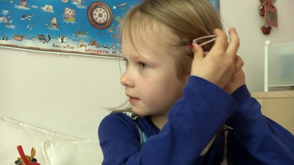 Anne befestigt ihren Zopf im Haar. | Rechte: KiKA