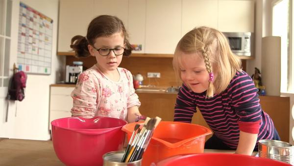 Eva und Josephine entfernen die Ettiketten von den Dosen. | Rechte: KiKA