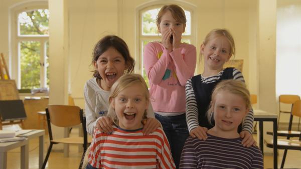 Anna, Helene, Nora, Heloise, Lilly, Frieda und Anouk malen die Märchenfiguren. | Rechte: KiKA