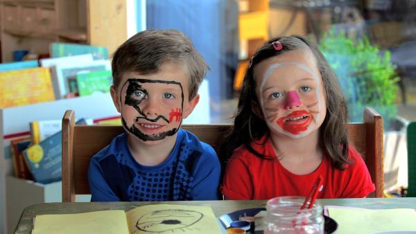 Theresa und Moritz sind fertig geschminkt. | Rechte: KiKA