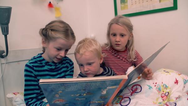 Mathilda und Anne sind die Mamas und Johann ist das Kind. | Rechte: KiKA