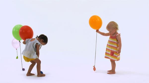 Ida und Ida verteilen Ballons. | Rechte: KiKA
