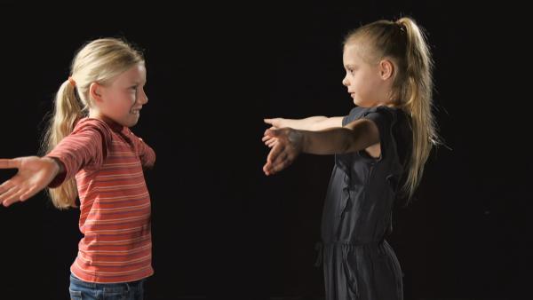 Helene und Elinor spiegeln sich. | Rechte: KiKA