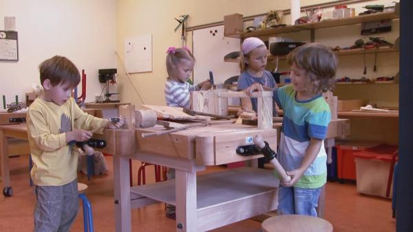 Anastasia, Leopold, Meo und Johannah beim Bauen. | Rechte: KiKA
