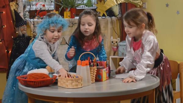 Nina, Mia und Anna malen ihre Pappteller bunt an. | Rechte: KiKA