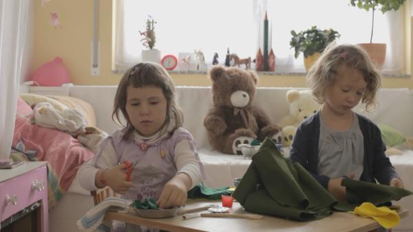 Annik und Mira schneiden Spinat. | Rechte: KiKA