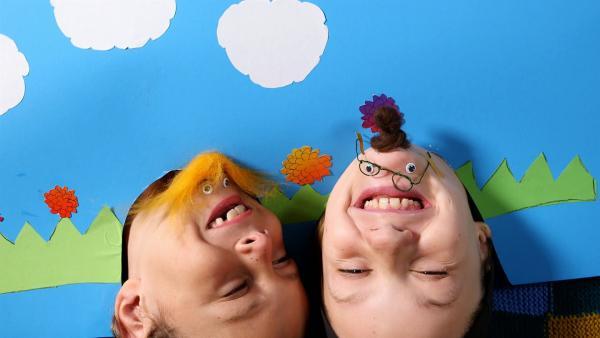Jakob und Quirin lachen über ihren Witz. | Rechte: KiKA