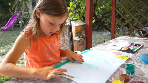 Leonie malt mit den Fingern. | Rechte: KiKA