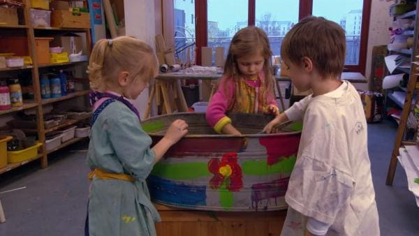 Lilly, Jana und Pepe malen die Wanne bunt an. | Rechte: KiKA
