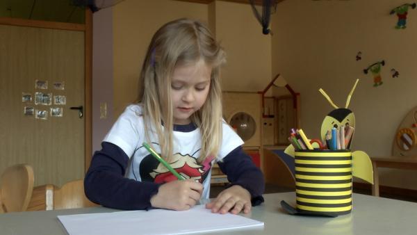 Astrid malt mit Buntstiften. | Rechte: KiKA