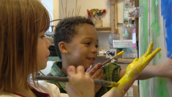 Die Kinder malen den Karton bunt an. | Rechte: KiKA