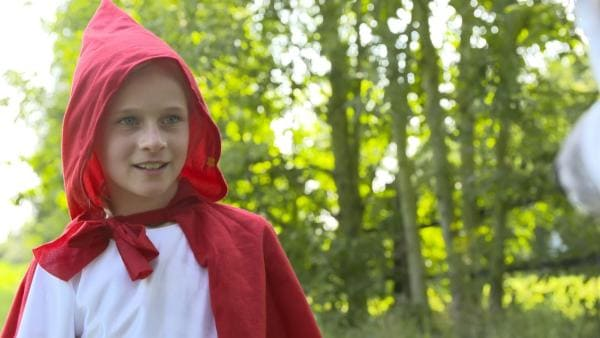 Lina als Rotkäppchen. | Rechte: KiKA
