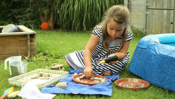 Romy bastelt eine Vogeltränke für den Garten.  | Rechte: KiKA