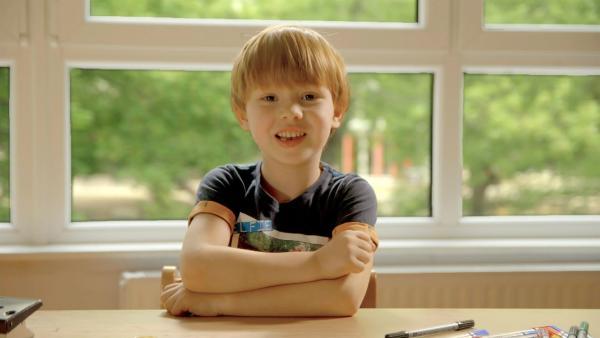 Felix zeigt, wie man ein Floß aus Korken baut. | Rechte: KiKA