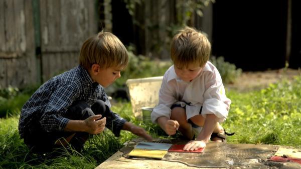 Max und Eric setzen ihr Mosaik zusammen. | Rechte: KiKA