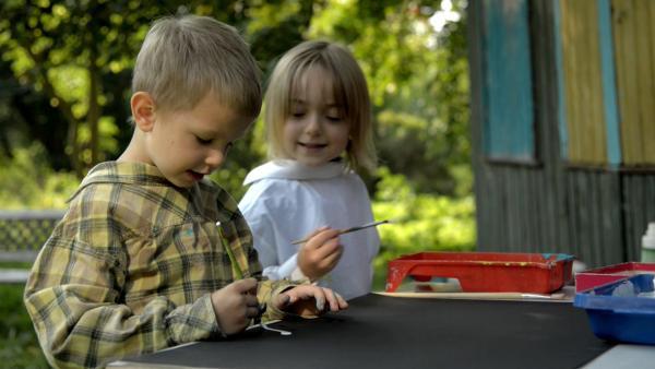 Mio und Finja malen das Schild für ihre Eisdiele. | Rechte: KiKA