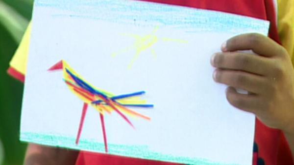 Alejandro zeigt sein Bild. | Rechte: KiKA