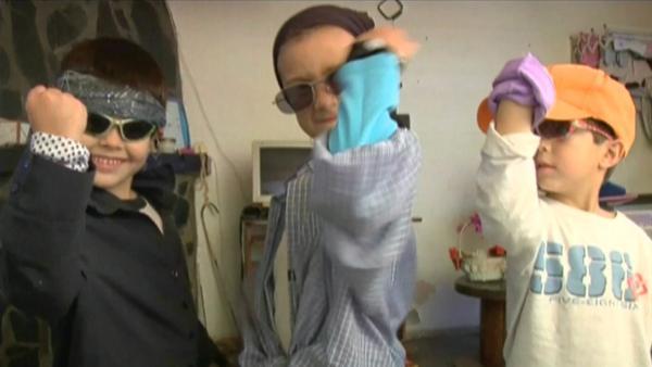 Drei Jungen aus Argentinien als Band verkleidet. | Rechte: KiKA