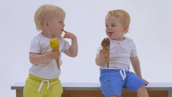 Paul und Hannes genießen ihr Eis. | Rechte: KiKA