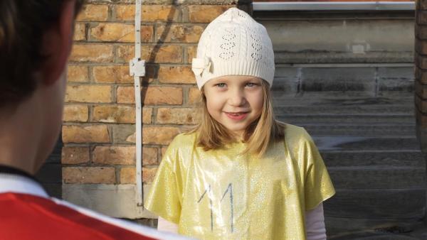 Karolin aus Slowenien macht sich ihr eigenes Trikot und spielt gegen ihren Bruder auf dem Dach Fußball. | Rechte: KiKA
