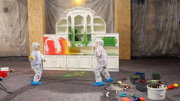 Kinder werfen Farbbomben auf einen alten Schrank. | Rechte: KiKA