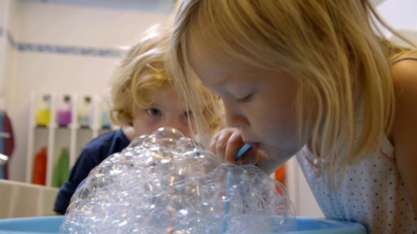 Tiede und Linda machen Seifenblasen. | Rechte: KiKA