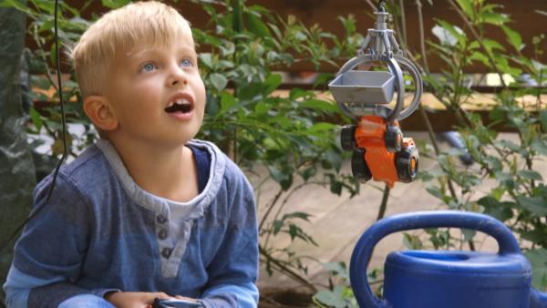 Julian hebt ein Auto mit seinem Kran an. | Rechte: KiKA