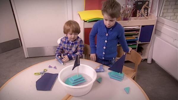 Emil und Louis lassen ihre Boote zu Wasser. | Rechte: KiKA