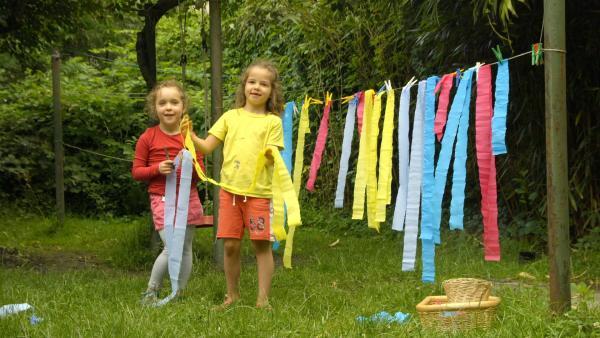Mathilda und Luise gestalten Bilder mit buntem Krepppapier, das sie mit Wasser besprühen. | Rechte: KiKA/Motion Works GmbH