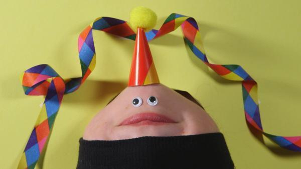 Ein Kinngesicht singt ein Geburtstagsständchen. | Rechte: KiKA/Motion Works GmbH