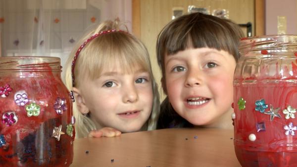 Anna und Sophie basteln Windlichtgläser. | Rechte: KiKA/Motion Works GmbH