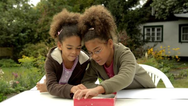 Dina und Kate suchen sich die Farben zum Malen aus.  | Rechte: KiKA