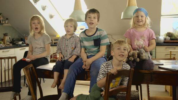 Oskar, Anton, Nathan, Timon, Jonathan, und Lisa erzählen die Geschichte von den sieben Geißlein. | Rechte: KiKA