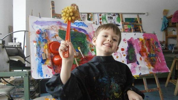 Paul malt mit der Schwammbürste. | Rechte: KiKA